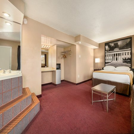 Millbury, OH: KING SUITE WITH JACUZZI