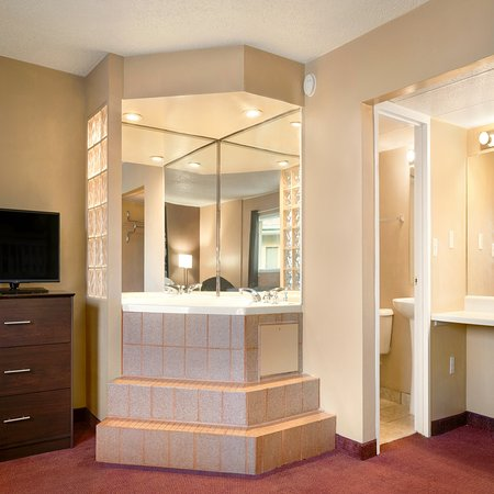 Millbury, OH: KING SUITE WITH JACUZZI TUB