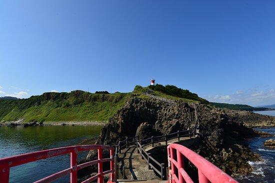 Imabetsu-machi, Japan: 下の島から灯台を見ると