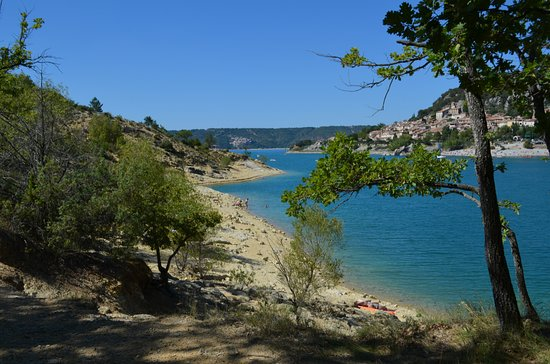 Bauduen, Prancis: Vue à l'arrivée au lac en venant du petit sentier