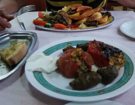 Kamisiana, Yunanistan: Delicious stuffed tomatoes and wine leaves