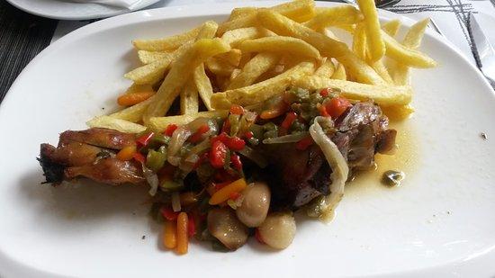 Bellver de Cerdanya, Spanien: cordero al horno con verduras.