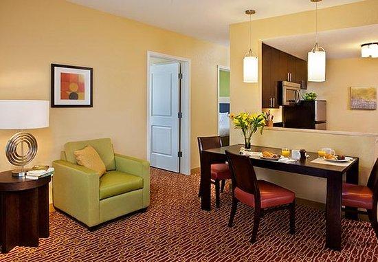 Aberdeen, Южная Дакота: One-Bedroom Suite Living Room