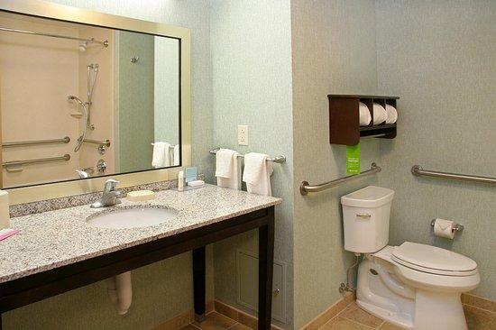 Bridgeville, PA: Accessible Bath