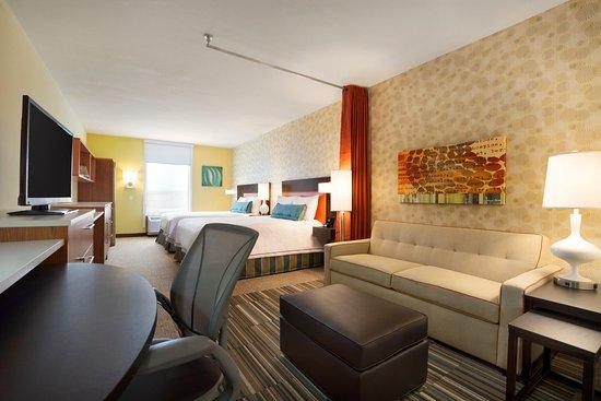 Henrietta, NY: 2 Queen Studio Suite Living Area and Beds