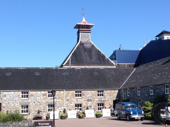 Dufftown, UK: Wonderful old original buildings alongside modern manufacturing