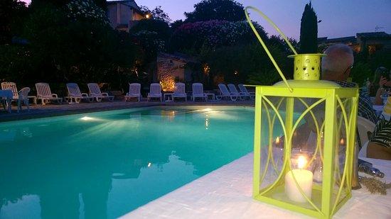 Cabrieres, France: dîner au bord de la piscine
