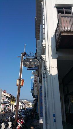 Yeng Keng Hotel: Outside the Hotel Entrance