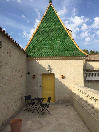 Pezenas, Francja: Accès à la chambre en duplex par une petite terrasse très agréable.