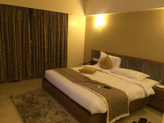Lotus Riverside Resort: bed