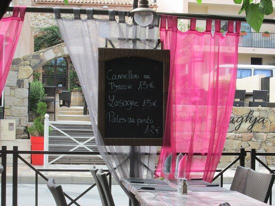 Sari-Solenzara, France : tavoli
