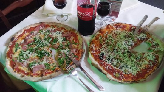 San Michele di Ganzaria, Italia: Pizza (siehe Gabel als Maßstab)