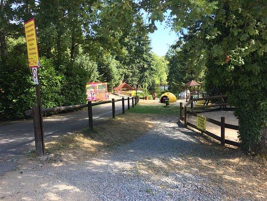 Bellegarde, Frankrike: Petit parc sympas, les enfants se sont bien amusé. De quoi passer une petite journée tranquille