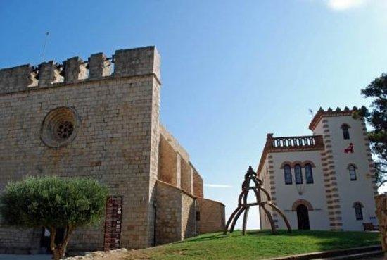 L'Escala, إسبانيا: Iglesia de Sant Martí d'Empuries i casa modernista.