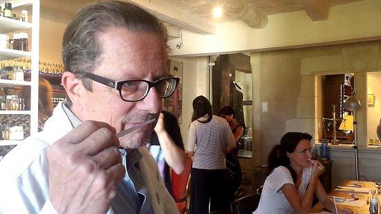 Candes-Saint-Martin, Francia: Le Parfumeur évaluant des créations de ses élèves