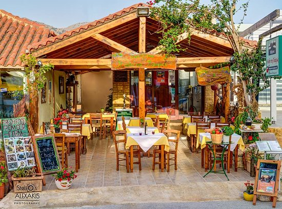 Kournas, Yunani: Front view of our little taverna