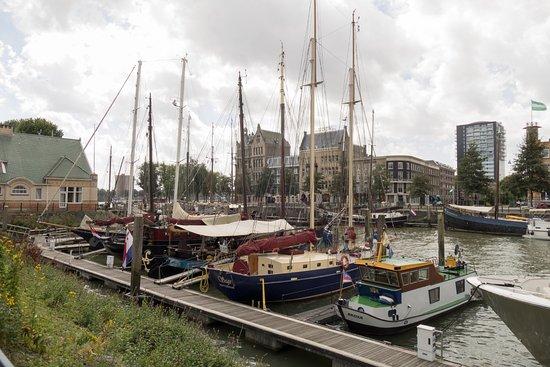 Quartier Du Port: Op 100 meter afstand: De veerhaven