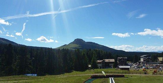 Albergo Dolomiti: Panorama dell'albergo dall'alto