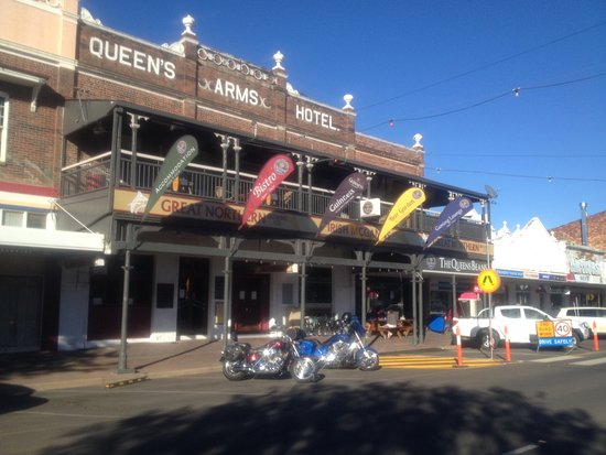 Roma, Australia: Street veiw of hotel