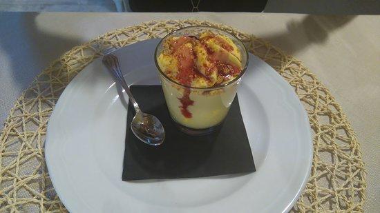 Acqualagna, Italien: Mousse al mascarpone con amaretti e amarene di Cantiano