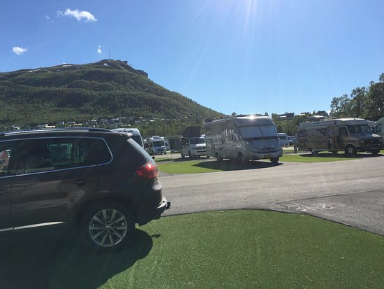 Troms, Noruega: Caravan op asfalt, ernaast kunstgras!