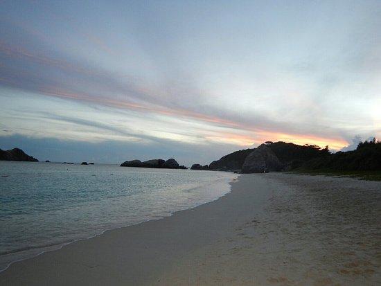 Tokashiki-son, Giappone: 夕方の阿波連ビーチの散歩。夕焼けは見えない方角だけど、きれいです。