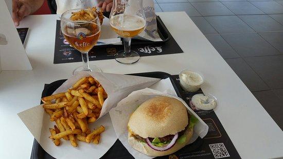 Castelculier, France: Le grand faim avec un cornet de délicieuse frites sauce béarnaise maison un regal
