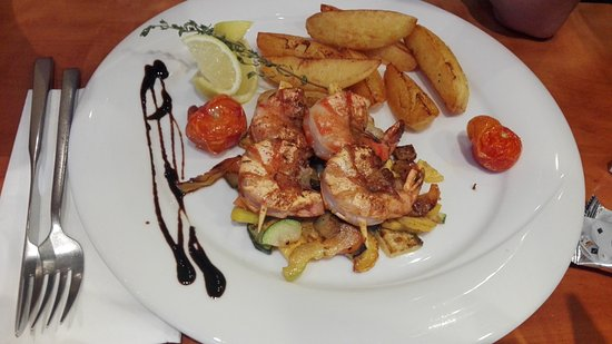 Wels, Avusturya: Grilled Shrimps with baked potato and vegetables.