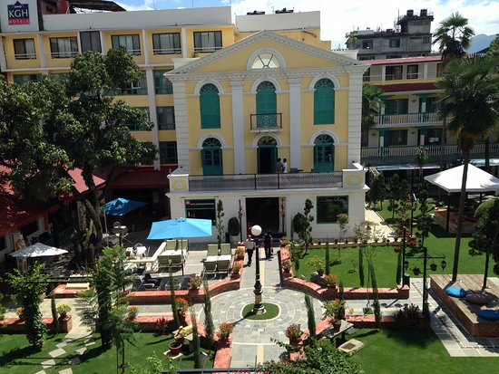 Kathmandu Guest House: perfectly manicured hotel grounds