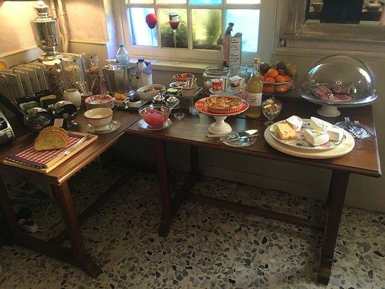 Les Andelys, Francia: Le petit déjeuner, très bien fourni et de qualité !