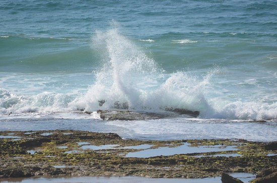 Tofo, Mocambique: Waves crashing on rocks
