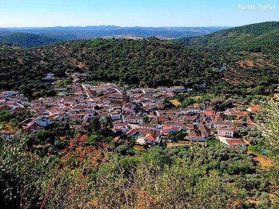 Vista de Alájar desde lo alto de la Peña de Arias Montano.