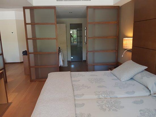 Protur Biomar Gran Hotel & Spa: El baño abierto con mamparas que podias ir corriendo para mayor intimidad o aislar la salita.