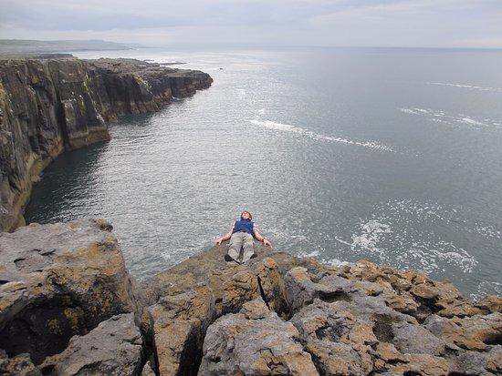 Ballyvaughan, Irland: Буррен, водитель нашего автобуса решил полежать на самом краю утеса