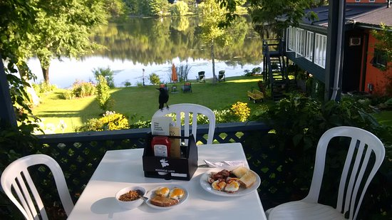 Westport, Canada: This is where we ate our breakfast. It was lovely. Note the hungry crow on the chair lol