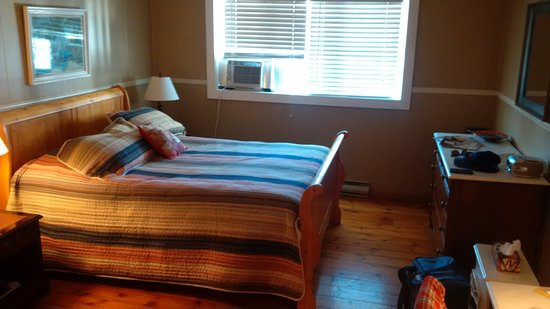 Westport, Kanada: Very adequate room for our means. There were options for larger rooms, but we are thrifty!