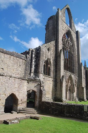 Chepstow, UK: Tintern Abbey towering over us..