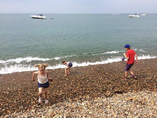 Totland, UK: Kids enjoying Alum Bay!
