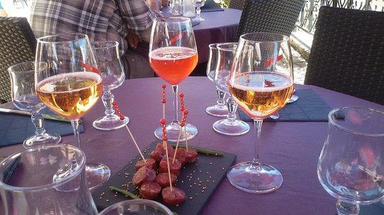 Belley, Frankrig: Apéritif maison : pétillant rosé avec liqueur rosé/liqueur coquelicot  Accompagné de saucisses c