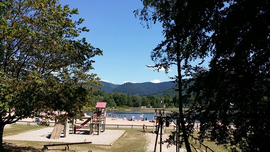 Celles-sur-Plaine, Francja: Vue sur le lac et les activités pour les enfants