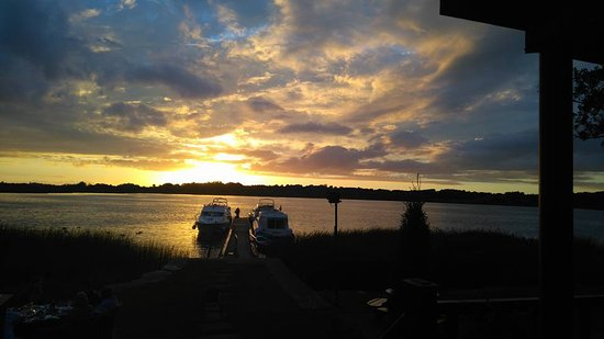 Wineport Lodge: evening view from the restaurant