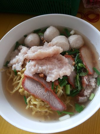 Glen Innes, ออสเตรเลีย: Egg noodle soup and seafood Dim sim
