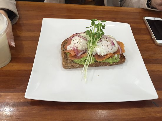 North Sydney, أستراليا: Bruschetta with salmon, smashed avocado, eggs and red onion