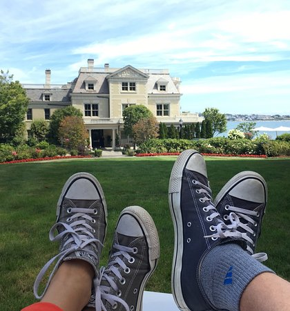The Chanler at Cliff Walk: Relaxing in the  adirondack chairs!