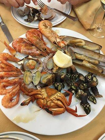 Camarinas, Spanien: Parrillada de marisco muy sabrosa