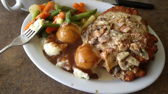 Bancroft, Canadá: The home made schnitzel, with real mashed potatoes, gravy ...