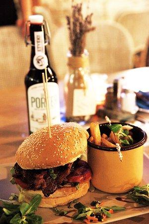 Vonyarcvashegy, Macaristan: burger** porter**