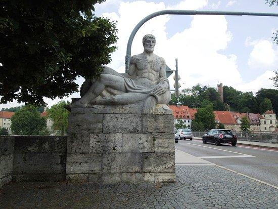 Landsberg am Lech, Alemanha: Скульптура у моста