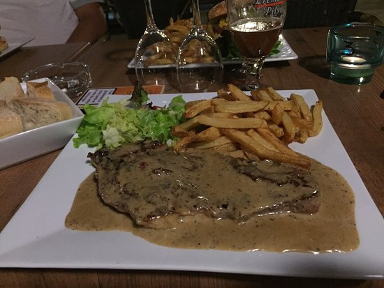 Plan-d'Orgon, France: Faut-filet sauce au poivre et burger Texas