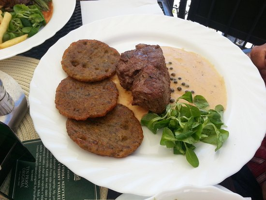 Mikulov, Czech Republic: Steak in Pfeffersauce mit Kartoffelpuffer